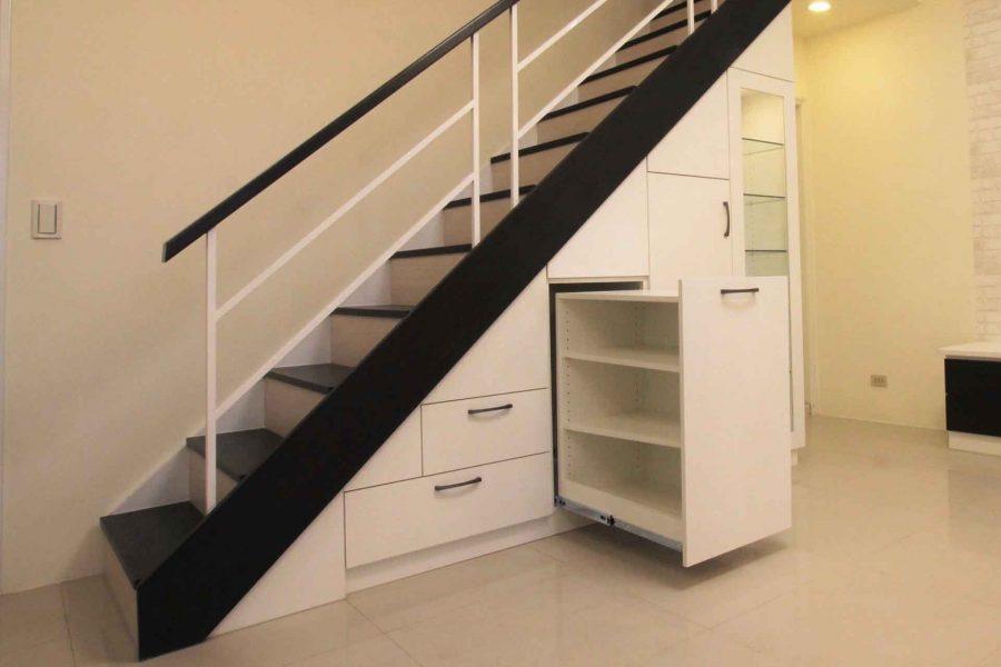 系統櫃巧思-樓梯下置物櫃設計